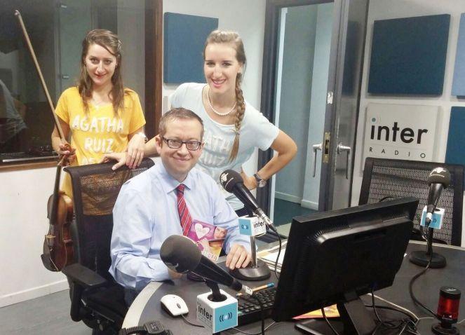 En foto, con Rafel Nieto de RADIO INTER. Llevamos Katy y yo camiseta de AGATHA RUIZ DE LA PRADA