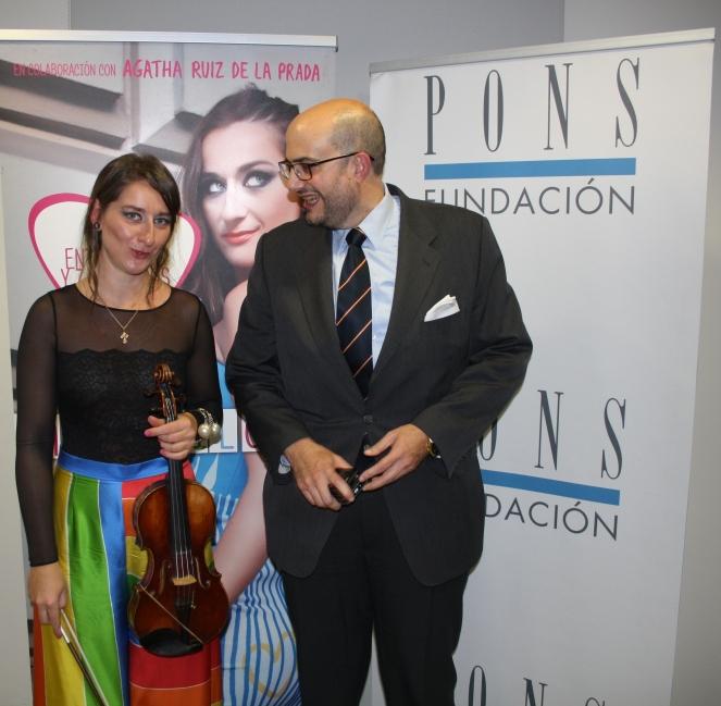 Elena Mikhailova junto a Don Juan Cayón, rector de la Universidad Nebrija