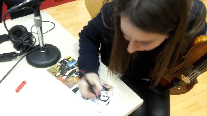 Elena dedicando el disco SEDUCTION a los chicos de la radio
