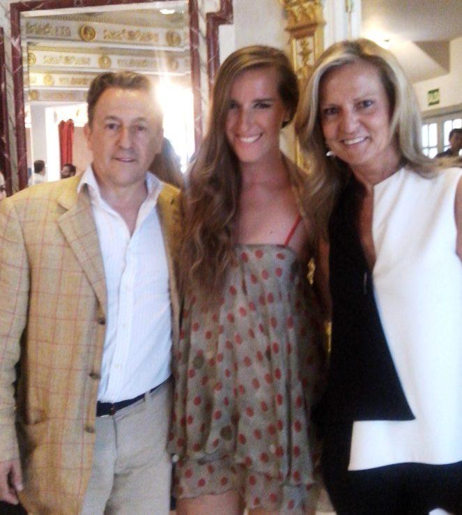 Los periodistas Herman Terch e Isabel San Sebastián con Katy Mikhailova hermana y representante de Elena Mikhailova